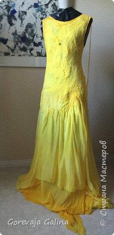 Платье с большим вырезом на спине и яркий палантин. Согласитесь,  отличное сочетание! фото 2