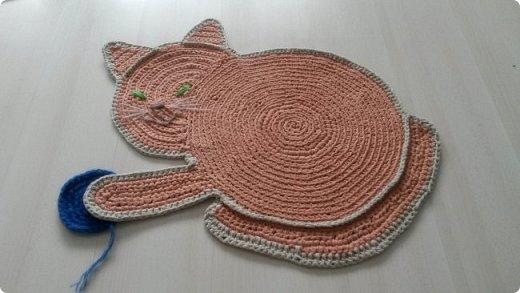 Коврик -  котенок в детскую комнату.  Смешной, играет с клубочком))) фото 3