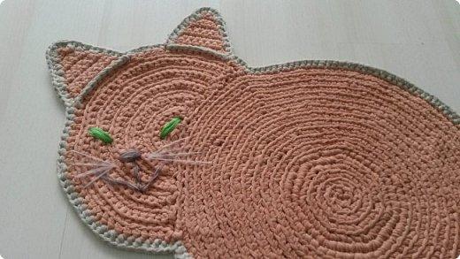 Коврик -  котенок в детскую комнату.  Смешной, играет с клубочком))) фото 2