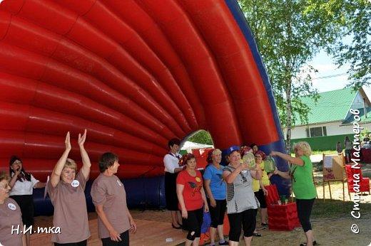 """15 июля прошли праздничные мероприятия, посвящённые 433- летию со дня образования села Леуши. В обширной программе, которой было все: праздничный концерт, фестиваль холи-красок, соревнования по пейнтболу и весёлые старты для пенсионеров. Итак, вас приветствует команда """"Кеды"""" из славного п. Лиственичный. Сегодня мы будем соревноваться в силе, ловкости, смекалке и быстроте с леушинской командой """"Позитив"""". фото 15"""