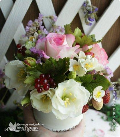 """Композиция в стиле """" прованс"""" .В наличии. Свежая,легкая,сочная композиция внесет в любой интерьер ощущение прованского утра. Все элементы лепились с живых образцов по мере их цветения,соответственно)  Утро прованса дышит прохладой, Воздух пропитан запахом сада. В нём всё смешалось,и запах жасмина, С запахом розы слились воедино.  Спелые ягоды сочностью манят. Воздух прованса пьянит и дурманит. Свежий и чистый, душе - омовенье. Разуму,чувствам, всему - обновленье!  ( родилось вместе с композицией:)   В состав букета вошли: нежные розы с бутонами,белые эустомы с бутонами, веточки жасмина, спелые ягоды красной смородины, веточки вкусной клубники. В качестве добавки- сухоцветы. Диаметр композиции- 16-17 см,высота- 15 см. фото 9"""