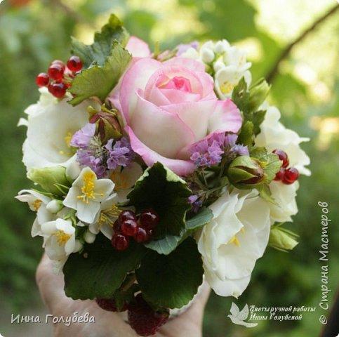 """Композиция в стиле """" прованс"""" .В наличии. Свежая,легкая,сочная композиция внесет в любой интерьер ощущение прованского утра. Все элементы лепились с живых образцов по мере их цветения,соответственно)  Утро прованса дышит прохладой, Воздух пропитан запахом сада. В нём всё смешалось,и запах жасмина, С запахом розы слились воедино.  Спелые ягоды сочностью манят. Воздух прованса пьянит и дурманит. Свежий и чистый, душе - омовенье. Разуму,чувствам, всему - обновленье!  ( родилось вместе с композицией:)   В состав букета вошли: нежные розы с бутонами,белые эустомы с бутонами, веточки жасмина, спелые ягоды красной смородины, веточки вкусной клубники. В качестве добавки- сухоцветы. Диаметр композиции- 16-17 см,высота- 15 см. фото 1"""