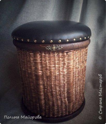 Сундуки, это, конечно, хорошо! А вот вам плетёные пуфики. Каркас-дерево, трубочки окрашены в несколько оттенков коричневой морилки, седушка из натуральной кожи на паралоне. Ну и гвоздочки красивенькие с брошечкой ))) фото 3