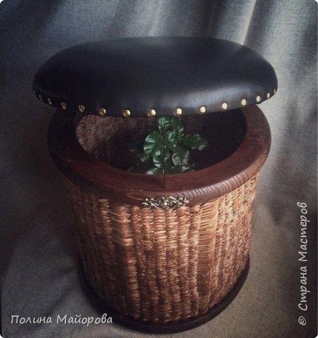 Сундуки, это, конечно, хорошо! А вот вам плетёные пуфики. Каркас-дерево, трубочки окрашены в несколько оттенков коричневой морилки, седушка из натуральной кожи на паралоне. Ну и гвоздочки красивенькие с брошечкой ))) фото 4