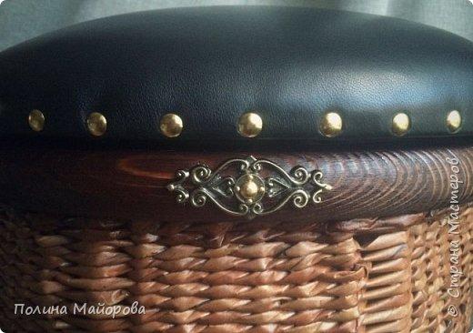 Сундуки, это, конечно, хорошо! А вот вам плетёные пуфики. Каркас-дерево, трубочки окрашены в несколько оттенков коричневой морилки, седушка из натуральной кожи на паралоне. Ну и гвоздочки красивенькие с брошечкой ))) фото 5