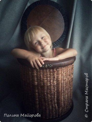 Сундуки, это, конечно, хорошо! А вот вам плетёные пуфики. Каркас-дерево, трубочки окрашены в несколько оттенков коричневой морилки, седушка из натуральной кожи на паралоне. Ну и гвоздочки красивенькие с брошечкой ))) фото 7