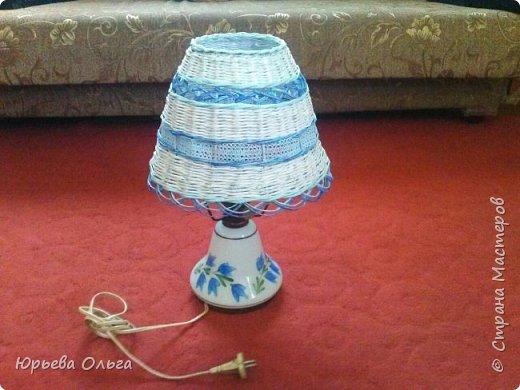 Здравствуйте, дорогие мастера и мастерицы. Сегодня у меня парочка последних работ для подруги.  Вот такой плафон для настольной лампы. Старалась подобрать цвет трубочек близкий с основе лампы. Результат на ваш суд. Плетение обычная веревочка. Сочетание белых, голубых и синих трубочек создает узор. В тон им текстильная голубая лента и узор из синих трубочек. фото 1