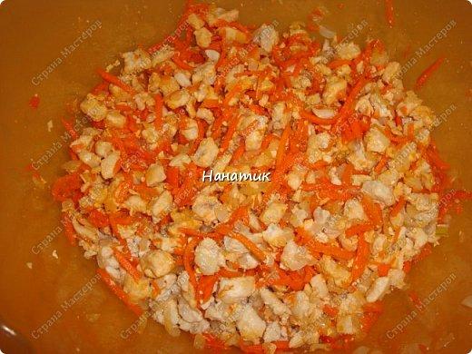 Добрый день! Так как мы уже полгода не едим колбасу, то надо что-то готовить на завтрак. У нас это: каша, домашний паштет, яйца вареные, слоечки и др. домашняя выпечка. Для этих слоек нам понадобилось: -слоеное тесто 500г (бездрожжевое) -куриное филе 700г -лук 4шт -соль по вкусу -мука для раскатки -масло растит.для жарки -морковь корейская 300г -яйца 10шт для начинки -и 2 яйца смазывать слойки -лук зеленый 1 пучок 100г -бумага для выпечки фото 6