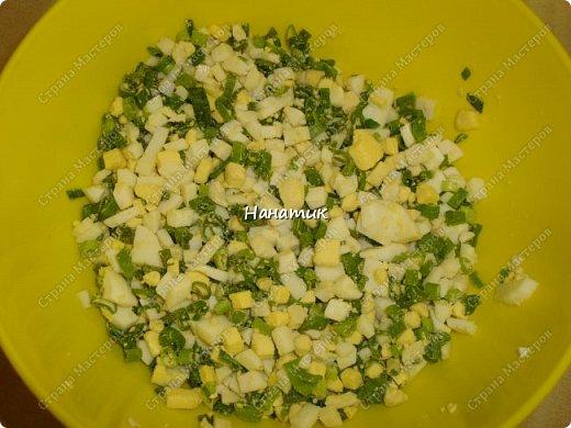 Добрый день! Так как мы уже полгода не едим колбасу, то надо что-то готовить на завтрак. У нас это: каша, домашний паштет, яйца вареные, слоечки и др. домашняя выпечка. Для этих слоек нам понадобилось: -слоеное тесто 500г (бездрожжевое) -куриное филе 700г -лук 4шт -соль по вкусу -мука для раскатки -масло растит.для жарки -морковь корейская 300г -яйца 10шт для начинки -и 2 яйца смазывать слойки -лук зеленый 1 пучок 100г -бумага для выпечки фото 7