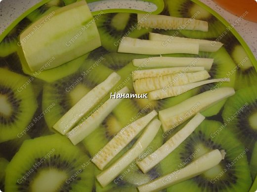 Добрый день! Делюсь рецептом кабачков в духовке. Кабачки получаются сочные.  -кабачок 4шт -морковь 2шт -чеснок 3 зубчика -лук 3шт -масло растит. несколько ст.л. -соль по вкусу -зелень петрушки 50г -помидоры 7шт  фото 4