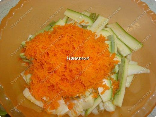 Добрый день! Делюсь рецептом кабачков в духовке. Кабачки получаются сочные.  -кабачок 4шт -морковь 2шт -чеснок 3 зубчика -лук 3шт -масло растит. несколько ст.л. -соль по вкусу -зелень петрушки 50г -помидоры 7шт  фото 5