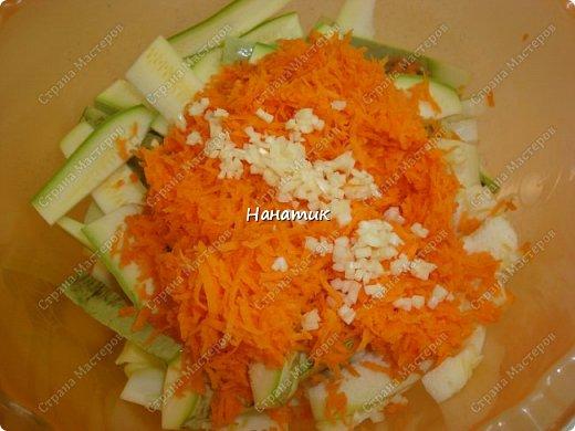 Добрый день! Делюсь рецептом кабачков в духовке. Кабачки получаются сочные.  -кабачок 4шт -морковь 2шт -чеснок 3 зубчика -лук 3шт -масло растит. несколько ст.л. -соль по вкусу -зелень петрушки 50г -помидоры 7шт  фото 6