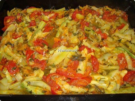 Добрый день! Делюсь рецептом кабачков в духовке. Кабачки получаются сочные.  -кабачок 4шт -морковь 2шт -чеснок 3 зубчика -лук 3шт -масло растит. несколько ст.л. -соль по вкусу -зелень петрушки 50г -помидоры 7шт  фото 1
