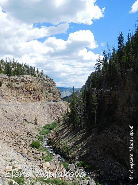 Продолжаю делится впечатлениями от поездки в Йе́ллоустон (Yellowstone National Park)— международный биосферный заповедник, объект Всемирного Наследия ЮНЕСКО, первый в мире национальный парк (основан 1 марта 1872 года). Находится в США, на территории штатов Вайоминг, Монтана и Айдахо. Парк знаменит многочисленными гейзерами и другими геотермическими объектами, богатой живой природой, живописными ландшафтами. ( взято из Википедии ) Мы останавливались в кемпингах в палатках. Парк произвел на нас огромное впечатление. Очень хочется поделится с вами красотой которую я увидела. В один фоторепортаж трудно вместить все увиденное поэтому это уже четвертый и будут еще...  фото 2
