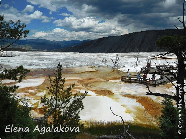 Продолжаю делится впечатлениями от поездки в Йе́ллоустон (Yellowstone National Park)— международный биосферный заповедник, объект Всемирного Наследия ЮНЕСКО, первый в мире национальный парк (основан 1 марта 1872 года). Находится в США, на территории штатов Вайоминг, Монтана и Айдахо. Парк знаменит многочисленными гейзерами и другими геотермическими объектами, богатой живой природой, живописными ландшафтами. ( взято из Википедии ) Мы останавливались в кемпингах в палатках. Парк произвел на нас огромное впечатление. Очень хочется поделится с вами красотой которую я увидела. В один фоторепортаж трудно вместить все увиденное поэтому это уже четвертый и будут еще...  фото 7
