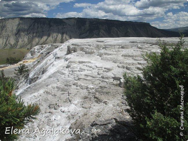 Продолжаю делится впечатлениями от поездки в Йе́ллоустон (Yellowstone National Park)— международный биосферный заповедник, объект Всемирного Наследия ЮНЕСКО, первый в мире национальный парк (основан 1 марта 1872 года). Находится в США, на территории штатов Вайоминг, Монтана и Айдахо. Парк знаменит многочисленными гейзерами и другими геотермическими объектами, богатой живой природой, живописными ландшафтами. ( взято из Википедии ) Мы останавливались в кемпингах в палатках. Парк произвел на нас огромное впечатление. Очень хочется поделится с вами красотой которую я увидела. В один фоторепортаж трудно вместить все увиденное поэтому это уже четвертый и будут еще...  фото 19