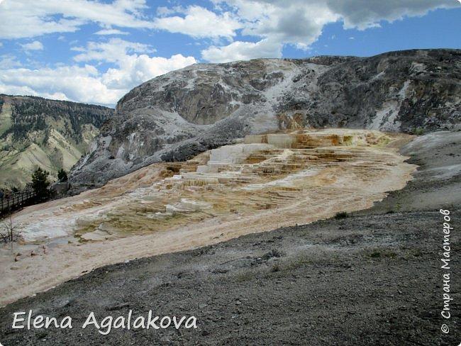 Продолжаю делится впечатлениями от поездки в Йе́ллоустон (Yellowstone National Park)— международный биосферный заповедник, объект Всемирного Наследия ЮНЕСКО, первый в мире национальный парк (основан 1 марта 1872 года). Находится в США, на территории штатов Вайоминг, Монтана и Айдахо. Парк знаменит многочисленными гейзерами и другими геотермическими объектами, богатой живой природой, живописными ландшафтами. ( взято из Википедии ) Мы останавливались в кемпингах в палатках. Парк произвел на нас огромное впечатление. Очень хочется поделится с вами красотой которую я увидела. В один фоторепортаж трудно вместить все увиденное поэтому это уже четвертый и будут еще...  фото 20