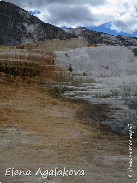 Продолжаю делится впечатлениями от поездки в Йе́ллоустон (Yellowstone National Park)— международный биосферный заповедник, объект Всемирного Наследия ЮНЕСКО, первый в мире национальный парк (основан 1 марта 1872 года). Находится в США, на территории штатов Вайоминг, Монтана и Айдахо. Парк знаменит многочисленными гейзерами и другими геотермическими объектами, богатой живой природой, живописными ландшафтами. ( взято из Википедии ) Мы останавливались в кемпингах в палатках. Парк произвел на нас огромное впечатление. Очень хочется поделится с вами красотой которую я увидела. В один фоторепортаж трудно вместить все увиденное поэтому это уже четвертый и будут еще...  фото 24
