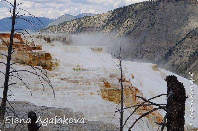 Продолжаю делится впечатлениями от поездки в Йе́ллоустон (Yellowstone National Park)— международный биосферный заповедник, объект Всемирного Наследия ЮНЕСКО, первый в мире национальный парк (основан 1 марта 1872 года). Находится в США, на территории штатов Вайоминг, Монтана и Айдахо. Парк знаменит многочисленными гейзерами и другими геотермическими объектами, богатой живой природой, живописными ландшафтами. ( взято из Википедии ) Мы останавливались в кемпингах в палатках. Парк произвел на нас огромное впечатление. Очень хочется поделится с вами красотой которую я увидела. В один фоторепортаж трудно вместить все увиденное поэтому это уже четвертый и будут еще...  фото 1
