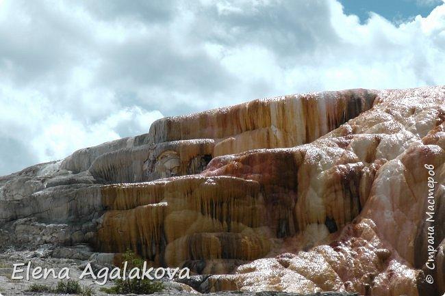 Продолжаю делится впечатлениями от поездки в Йе́ллоустон (Yellowstone National Park)— международный биосферный заповедник, объект Всемирного Наследия ЮНЕСКО, первый в мире национальный парк (основан 1 марта 1872 года). Находится в США, на территории штатов Вайоминг, Монтана и Айдахо. Парк знаменит многочисленными гейзерами и другими геотермическими объектами, богатой живой природой, живописными ландшафтами. ( взято из Википедии ) Мы останавливались в кемпингах в палатках. Парк произвел на нас огромное впечатление. Очень хочется поделится с вами красотой которую я увидела. В один фоторепортаж трудно вместить все увиденное поэтому это уже четвертый и будут еще...  фото 29