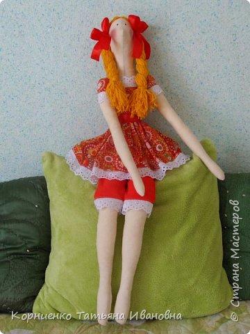 Долго я примерялась к этим куколкам. И вот наконец-то решилась на такой подвиг. Вот только куколка получилась большая. 80 сантиметров в высоту. Настоящие тильды наверное вполовину меньше.:):):) фото 1