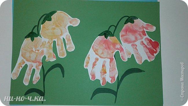 Сегодня мы вместе с воспитанницей рисовали ладошками. Она уже понимает, что надо расправлять ладошку и печатать ею.  Колокольчики. фото 1