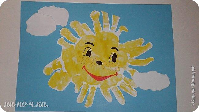 Сегодня мы вместе с воспитанницей рисовали ладошками. Она уже понимает, что надо расправлять ладошку и печатать ею.  Колокольчики. фото 2