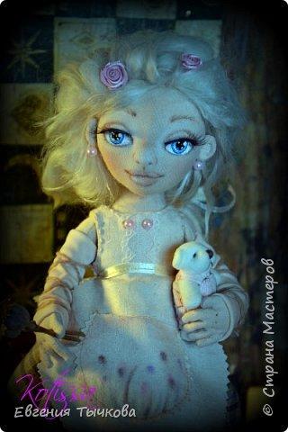 Авторская текстильная кукла, по имени Роуз. Выполнена из трикотажа, хб ткани, украшения бусины и цветы, декорировна атласными лентами кружевом. Волосы козий пух, в ушах сережки - бусины. Полностью подвижна, пальцы сгибаются. Личико расписано акрилом, одежда тонирована пастелью. Башмачки на натуральной кожаной подошве. В руках межвежонок) фото 3