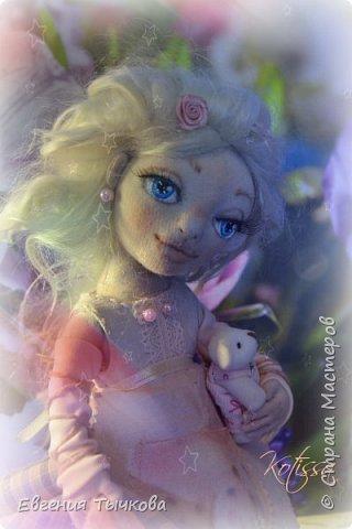 Авторская текстильная кукла, по имени Роуз. Выполнена из трикотажа, хб ткани, украшения бусины и цветы, декорировна атласными лентами кружевом. Волосы козий пух, в ушах сережки - бусины. Полностью подвижна, пальцы сгибаются. Личико расписано акрилом, одежда тонирована пастелью. Башмачки на натуральной кожаной подошве. В руках межвежонок) фото 1
