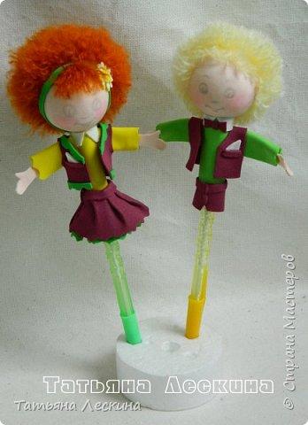 """Приветствую всех, заглянувших ко мне на страничку! Представляю вашему вниманию небольшой письменный набор """"Танцуют дети на планете""""- две ручки с куколками-насадками из фоамирана, в подставке. фото 4"""