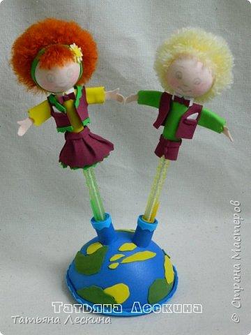 """Приветствую всех, заглянувших ко мне на страничку! Представляю вашему вниманию небольшой письменный набор """"Танцуют дети на планете""""- две ручки с куколками-насадками из фоамирана, в подставке. фото 5"""