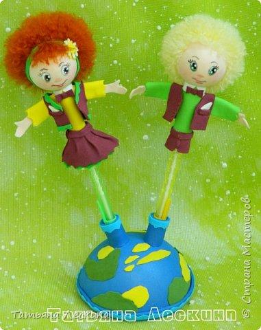 """Приветствую всех, заглянувших ко мне на страничку! Представляю вашему вниманию небольшой письменный набор """"Танцуют дети на планете""""- две ручки с куколками-насадками из фоамирана, в подставке. фото 6"""