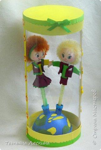 """Приветствую всех, заглянувших ко мне на страничку! Представляю вашему вниманию небольшой письменный набор """"Танцуют дети на планете""""- две ручки с куколками-насадками из фоамирана, в подставке. фото 8"""