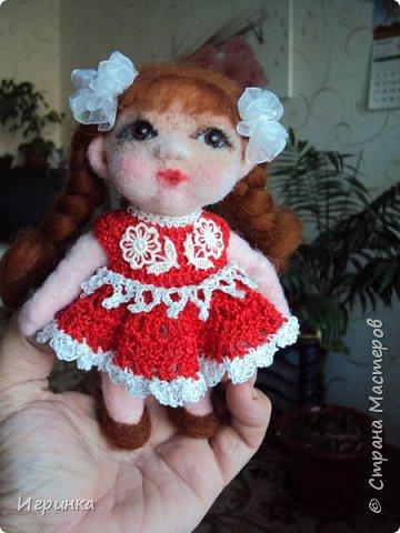 """Здравствуйте! Сегодня на улице пекло (нам не угодишь), поэтому до вечера решила скоротать день переделкой куклены, которая свалялась в начале моего """"валяльного"""" пути."""
