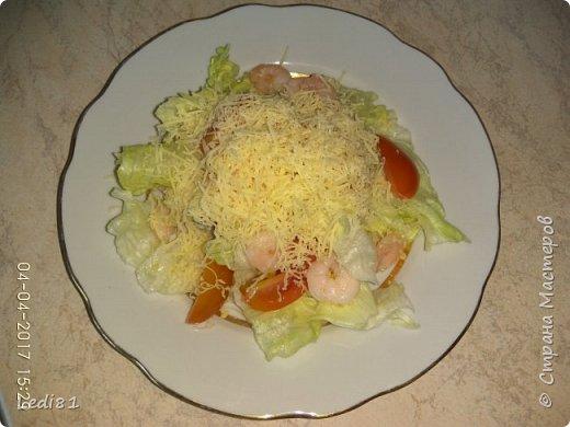 Надо: салат Айсберг, помидоры черри, креветки маринованные, чеснок (мелкая терка или пресс) - всё перемешать, полить майонезом, припорошить сыром мелкая терка