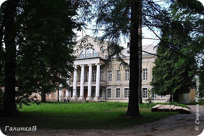 Поместье Суханово известно с 1623 года и в разные годы принадлежал разным владельцам. С 1804 года поместье принадлежит князьям Волконским вплоть до 1917 года. Дворец построен в стиле классицизма и изначально оба фасада были оформлены как шестиколонные ионические портики.  фото 1