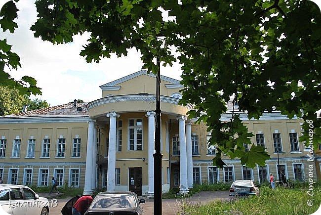 Поместье Суханово известно с 1623 года и в разные годы принадлежал разным владельцам. С 1804 года поместье принадлежит князьям Волконским вплоть до 1917 года. Дворец построен в стиле классицизма и изначально оба фасада были оформлены как шестиколонные ионические портики.  фото 2