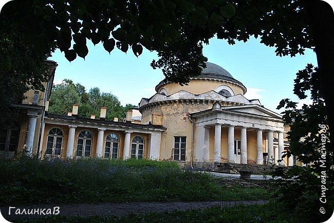 Поместье Суханово известно с 1623 года и в разные годы принадлежал разным владельцам. С 1804 года поместье принадлежит князьям Волконским вплоть до 1917 года. Дворец построен в стиле классицизма и изначально оба фасада были оформлены как шестиколонные ионические портики.  фото 12
