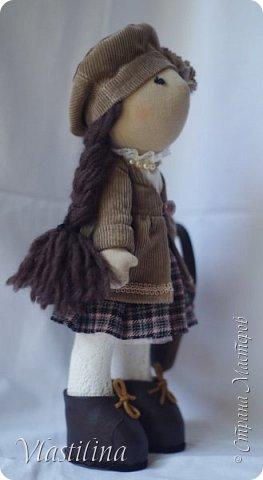 Добрый вечер всем. Представляю свою новую куколку-большеножку Алечку. Малышка имеет 30см в высоту, уверенно стоит на ножках; одета в вельветовые плащик и берет, шерстяную юбочку в складку. Бусики из винтажных чешских бусин. фото 2