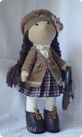 Добрый вечер всем. Представляю свою новую куколку-большеножку Алечку. Малышка имеет 30см в высоту, уверенно стоит на ножках; одета в вельветовые плащик и берет, шерстяную юбочку в складку. Бусики из винтажных чешских бусин. фото 1