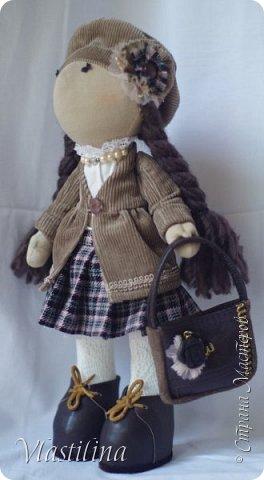 Добрый вечер всем. Представляю свою новую куколку-большеножку Алечку. Малышка имеет 30см в высоту, уверенно стоит на ножках; одета в вельветовые плащик и берет, шерстяную юбочку в складку. Бусики из винтажных чешских бусин. фото 3