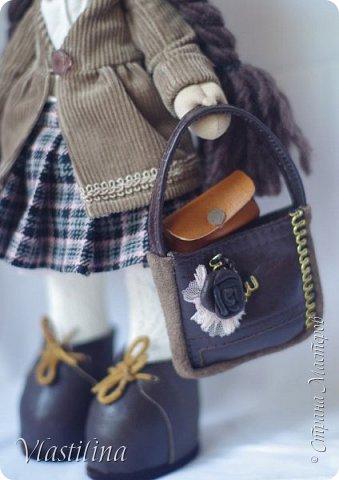 Добрый вечер всем. Представляю свою новую куколку-большеножку Алечку. Малышка имеет 30см в высоту, уверенно стоит на ножках; одета в вельветовые плащик и берет, шерстяную юбочку в складку. Бусики из винтажных чешских бусин. фото 4
