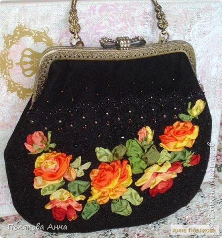 Нарядная сумочка из черного бархата и гипюрового кружева вышита лентами из натурального шелка. фото 3