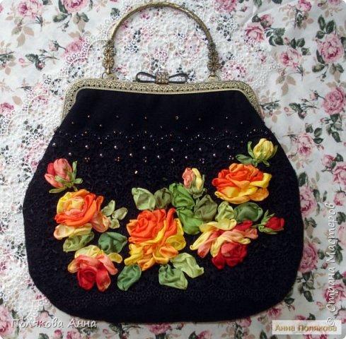 Нарядная сумочка из черного бархата и гипюрового кружева вышита лентами из натурального шелка. фото 1