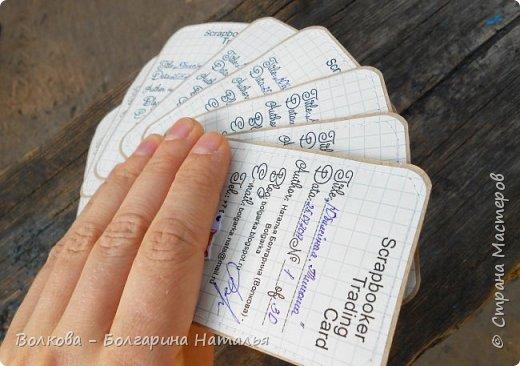 """Всем привет!    Для начала разъясню, что такое STC. Это всё та же ATC (""""эй-ти-си"""" или как часто по-русски говорят """"а-тэ-эс"""", расшифровывается как Artist Trading Card (англ. обменная карточка художника), только вместо """"Artist"""" (художник) у меня """"Scrapbooker"""" (скрапбукер). Вот такая дерзость с моей стороны - взять да подредаХтировать название:) Таки привязалась я к этому слову """"Artist"""":) Казалось бы, ну зачем? Традиция делать эти карточки пошла от художников да стоило ли переиначивать под скраперов?:) Да кто знает - с одной стороны нет, ибо """"художник"""" понятие растяжимое и в какой-то степени мы, скраперы, тоже художники:); с другой стороны - можно ведь и уточнить в какой именно области художественности эти самые карточки:)     Скраперские визитные обменные карточки, тобишь STC (""""эc-ти-си"""" или по-русски """"эс-тэ-эс"""" или """"сэ-тэ-эс"""") я делала впервые. По правде сказать, я раньше не понимала для чего делать эти милипуськи, они же не практичны. Это ведь не альбом:) А тут вдруг прониклась темой АТС. Стала читать статьи, заметки, по блогам смотреть кто и какие карточки делал и делает.      И у многих, кто делал их впервые (я имею в виду тех, кто в скрапе давненько, а АТС так ещё и не скрапил) видела фразу вроде """"наконец-то я созрела/доросла до АТС"""". Вот-вот, и я про себя то же самое могу сказать, хотя до этого считала, что именно с них то по идее и должен у большинства начинаться скрап-опыт. Вроде бы, это всего лишь малюсенькие карточки, намного меньше открыток, что их делать плёвое дело. Однако, нет. До них оказывается и правда нужно созреть:) Причём - не знаю как у других - для меня это созреть морально прежде всего. Так, чтоб накрыло вдохновение их сделать.     В итоге я замахнулась разом на 30 (!!!!) карточек, хотя знаю, что обычно их в серии бывает в среднем 3-5 (ну до 10 наверное), но, как говорится, гулять так гулять. фото 21"""