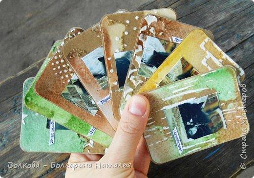 """Всем привет!    Для начала разъясню, что такое STC. Это всё та же ATC (""""эй-ти-си"""" или как часто по-русски говорят """"а-тэ-эс"""", расшифровывается как Artist Trading Card (англ. обменная карточка художника), только вместо """"Artist"""" (художник) у меня """"Scrapbooker"""" (скрапбукер). Вот такая дерзость с моей стороны - взять да подредаХтировать название:) Таки привязалась я к этому слову """"Artist"""":) Казалось бы, ну зачем? Традиция делать эти карточки пошла от художников да стоило ли переиначивать под скраперов?:) Да кто знает - с одной стороны нет, ибо """"художник"""" понятие растяжимое и в какой-то степени мы, скраперы, тоже художники:); с другой стороны - можно ведь и уточнить в какой именно области художественности эти самые карточки:)     Скраперские визитные обменные карточки, тобишь STC (""""эc-ти-си"""" или по-русски """"эс-тэ-эс"""" или """"сэ-тэ-эс"""") я делала впервые. По правде сказать, я раньше не понимала для чего делать эти милипуськи, они же не практичны. Это ведь не альбом:) А тут вдруг прониклась темой АТС. Стала читать статьи, заметки, по блогам смотреть кто и какие карточки делал и делает.      И у многих, кто делал их впервые (я имею в виду тех, кто в скрапе давненько, а АТС так ещё и не скрапил) видела фразу вроде """"наконец-то я созрела/доросла до АТС"""". Вот-вот, и я про себя то же самое могу сказать, хотя до этого считала, что именно с них то по идее и должен у большинства начинаться скрап-опыт. Вроде бы, это всего лишь малюсенькие карточки, намного меньше открыток, что их делать плёвое дело. Однако, нет. До них оказывается и правда нужно созреть:) Причём - не знаю как у других - для меня это созреть морально прежде всего. Так, чтоб накрыло вдохновение их сделать.     В итоге я замахнулась разом на 30 (!!!!) карточек, хотя знаю, что обычно их в серии бывает в среднем 3-5 (ну до 10 наверное), но, как говорится, гулять так гулять. фото 34"""