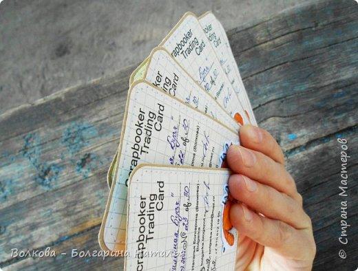 """Всем привет!    Для начала разъясню, что такое STC. Это всё та же ATC (""""эй-ти-си"""" или как часто по-русски говорят """"а-тэ-эс"""", расшифровывается как Artist Trading Card (англ. обменная карточка художника), только вместо """"Artist"""" (художник) у меня """"Scrapbooker"""" (скрапбукер). Вот такая дерзость с моей стороны - взять да подредаХтировать название:) Таки привязалась я к этому слову """"Artist"""":) Казалось бы, ну зачем? Традиция делать эти карточки пошла от художников да стоило ли переиначивать под скраперов?:) Да кто знает - с одной стороны нет, ибо """"художник"""" понятие растяжимое и в какой-то степени мы, скраперы, тоже художники:); с другой стороны - можно ведь и уточнить в какой именно области художественности эти самые карточки:)     Скраперские визитные обменные карточки, тобишь STC (""""эc-ти-си"""" или по-русски """"эс-тэ-эс"""" или """"сэ-тэ-эс"""") я делала впервые. По правде сказать, я раньше не понимала для чего делать эти милипуськи, они же не практичны. Это ведь не альбом:) А тут вдруг прониклась темой АТС. Стала читать статьи, заметки, по блогам смотреть кто и какие карточки делал и делает.      И у многих, кто делал их впервые (я имею в виду тех, кто в скрапе давненько, а АТС так ещё и не скрапил) видела фразу вроде """"наконец-то я созрела/доросла до АТС"""". Вот-вот, и я про себя то же самое могу сказать, хотя до этого считала, что именно с них то по идее и должен у большинства начинаться скрап-опыт. Вроде бы, это всего лишь малюсенькие карточки, намного меньше открыток, что их делать плёвое дело. Однако, нет. До них оказывается и правда нужно созреть:) Причём - не знаю как у других - для меня это созреть морально прежде всего. Так, чтоб накрыло вдохновение их сделать.     В итоге я замахнулась разом на 30 (!!!!) карточек, хотя знаю, что обычно их в серии бывает в среднем 3-5 (ну до 10 наверное), но, как говорится, гулять так гулять. фото 50"""