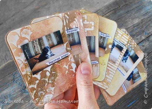 """Всем привет!    Для начала разъясню, что такое STC. Это всё та же ATC (""""эй-ти-си"""" или как часто по-русски говорят """"а-тэ-эс"""", расшифровывается как Artist Trading Card (англ. обменная карточка художника), только вместо """"Artist"""" (художник) у меня """"Scrapbooker"""" (скрапбукер). Вот такая дерзость с моей стороны - взять да подредаХтировать название:) Таки привязалась я к этому слову """"Artist"""":) Казалось бы, ну зачем? Традиция делать эти карточки пошла от художников да стоило ли переиначивать под скраперов?:) Да кто знает - с одной стороны нет, ибо """"художник"""" понятие растяжимое и в какой-то степени мы, скраперы, тоже художники:); с другой стороны - можно ведь и уточнить в какой именно области художественности эти самые карточки:)     Скраперские визитные обменные карточки, тобишь STC (""""эc-ти-си"""" или по-русски """"эс-тэ-эс"""" или """"сэ-тэ-эс"""") я делала впервые. По правде сказать, я раньше не понимала для чего делать эти милипуськи, они же не практичны. Это ведь не альбом:) А тут вдруг прониклась темой АТС. Стала читать статьи, заметки, по блогам смотреть кто и какие карточки делал и делает.      И у многих, кто делал их впервые (я имею в виду тех, кто в скрапе давненько, а АТС так ещё и не скрапил) видела фразу вроде """"наконец-то я созрела/доросла до АТС"""". Вот-вот, и я про себя то же самое могу сказать, хотя до этого считала, что именно с них то по идее и должен у большинства начинаться скрап-опыт. Вроде бы, это всего лишь малюсенькие карточки, намного меньше открыток, что их делать плёвое дело. Однако, нет. До них оказывается и правда нужно созреть:) Причём - не знаю как у других - для меня это созреть морально прежде всего. Так, чтоб накрыло вдохновение их сделать.     В итоге я замахнулась разом на 30 (!!!!) карточек, хотя знаю, что обычно их в серии бывает в среднем 3-5 (ну до 10 наверное), но, как говорится, гулять так гулять. фото 63"""