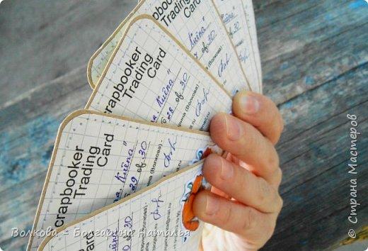 """Всем привет!    Для начала разъясню, что такое STC. Это всё та же ATC (""""эй-ти-си"""" или как часто по-русски говорят """"а-тэ-эс"""", расшифровывается как Artist Trading Card (англ. обменная карточка художника), только вместо """"Artist"""" (художник) у меня """"Scrapbooker"""" (скрапбукер). Вот такая дерзость с моей стороны - взять да подредаХтировать название:) Таки привязалась я к этому слову """"Artist"""":) Казалось бы, ну зачем? Традиция делать эти карточки пошла от художников да стоило ли переиначивать под скраперов?:) Да кто знает - с одной стороны нет, ибо """"художник"""" понятие растяжимое и в какой-то степени мы, скраперы, тоже художники:); с другой стороны - можно ведь и уточнить в какой именно области художественности эти самые карточки:)     Скраперские визитные обменные карточки, тобишь STC (""""эc-ти-си"""" или по-русски """"эс-тэ-эс"""" или """"сэ-тэ-эс"""") я делала впервые. По правде сказать, я раньше не понимала для чего делать эти милипуськи, они же не практичны. Это ведь не альбом:) А тут вдруг прониклась темой АТС. Стала читать статьи, заметки, по блогам смотреть кто и какие карточки делал и делает.      И у многих, кто делал их впервые (я имею в виду тех, кто в скрапе давненько, а АТС так ещё и не скрапил) видела фразу вроде """"наконец-то я созрела/доросла до АТС"""". Вот-вот, и я про себя то же самое могу сказать, хотя до этого считала, что именно с них то по идее и должен у большинства начинаться скрап-опыт. Вроде бы, это всего лишь малюсенькие карточки, намного меньше открыток, что их делать плёвое дело. Однако, нет. До них оказывается и правда нужно созреть:) Причём - не знаю как у других - для меня это созреть морально прежде всего. Так, чтоб накрыло вдохновение их сделать.     В итоге я замахнулась разом на 30 (!!!!) карточек, хотя знаю, что обычно их в серии бывает в среднем 3-5 (ну до 10 наверное), но, как говорится, гулять так гулять. фото 64"""