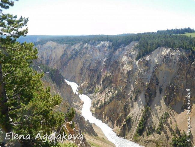 Продолжаю делится впечатлениями от поездки в Йе́ллоустон (Yellowstone National Park)— международный биосферный заповедник, объект Всемирного Наследия ЮНЕСКО, первый в мире национальный парк (основан 1 марта 1872 года). Находится в США, на территории штатов Вайоминг, Монтана и Айдахо. Парк знаменит многочисленными гейзерами и другими геотермическими объектами, богатой живой природой, живописными ландшафтами. ( взято из Википедии ) Мы останавливались в кемпингах в палатках. Парк произвел на нас огромное впечатление. Очень хочется поделится с вами красотой которую я увидела. В один фоторепортаж трудно вместить все увиденное поэтому это уже пятый и будут еще... В этот раз я покажу фото Большого каньона парка Йеллоустон.  Жалко что при загрузке фото уменьшаются и теряется качество поэтому смотрятся картинки плоско... но с этим я ничего поделать не могу. фото 2
